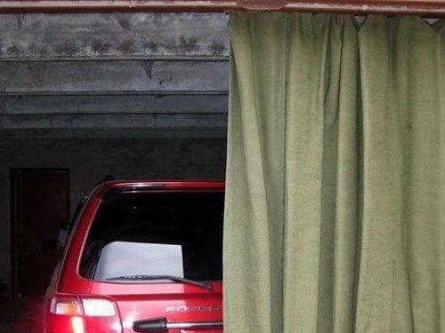 Занавесы для гаража из брезентовой ткани, преимущества и недостатки