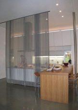 Зонирование комнаты шторами